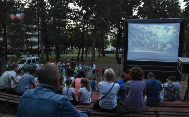Kino plenerowe jest tegoroczną atrakcją na lato przygotowaną przez Zarząd Dzielnicy Leszczyny.