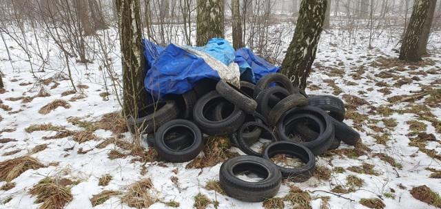Ktoś porzucił opony na terenie parku w Świerklańcu. Zobacz zdjęcia >>>