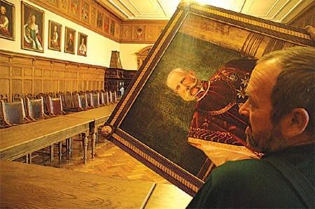 Pracownik urzędu Stanisław Pszczółka właśnie zdjął portret Franciszka Józefa I.