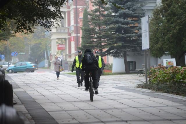 Jazda rowerzystów po zielonogórskim deptaku to temat, który wciąż powraca w dyskusjach mieszkańców. Jedni chcieliby zakazu przejazdu jednośladów przez starówkę, inni absolutnie się temu sprzeciwiają. Czy jest więc jakieś rozwiązanie, które sprawiłoby, że wszyscy poczulibyśmy się na deptaku bezpieczni?