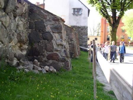 Niszczejące mury obronne mają być w najbliższym czasie zabezpieczone, tak aby nie wylatywały z nich kamienie. Remont zabytku przewidywany jest na lata 2007 - 2008. Fot. Agnieszka Wirkus