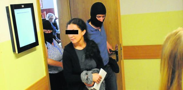 Według śledczych Bernadetta Sz. (tu na zdjęciu w sądzie) kilkakrotnie przyjęła łapówki po 5-10 tys. zł, także perfumy