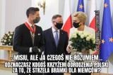 """Robert Lewandowski odznaczony przez Andrzeja Dudę. """"Misiu, dałeś Krzyż Odrodzenia Polski komuś, kto strzela dla Niemców?"""" [MEMY]"""