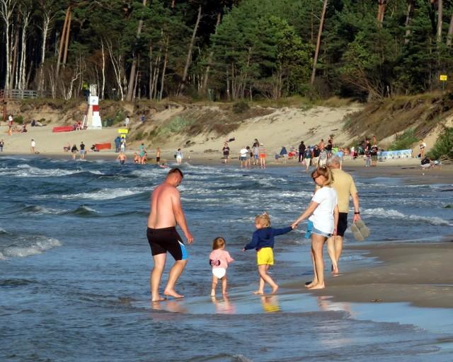Miniony weekend w Ustce był słoneczny, a pogoda sprzyjała plażowaniu. Choć grupa wypoczywających nie była tak liczna, jak w środku sezonu, to jednak plaże nie świeciły pustkami. Zobaczcie zdjęcia!