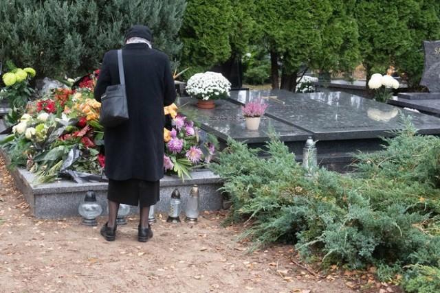 Ile osób zmarło w Wielkopolsce w ubiegłym roku? Jak COVID-19 wpłynął na liczbę zgonów w naszym województwie? Porównując dane z 2019 oraz 2020 roku, widać przebieg pandemii. Druga fala pandemii koronawirusa była - jak na razie - najbardziej tragiczna w skutkach. Świadczy o tym liczba zgonów, które miały miejsce jesienią ubiegłego roku.  Ile osób zmarło w Wielkopolsce? Sprawdź liczbę zgonów --->