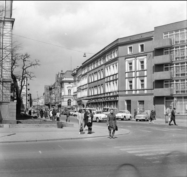 Ulica Krakowska, skrzyżowanie z Korfantego i 1 Maja. Rok 1973.