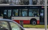 Trzej mężczyźni pobili pasażera autobusu na przystanku Hucisko w Gdańsku. Ofiara z ranami głowy trafiła do szpitala. Policja szuka sprawców