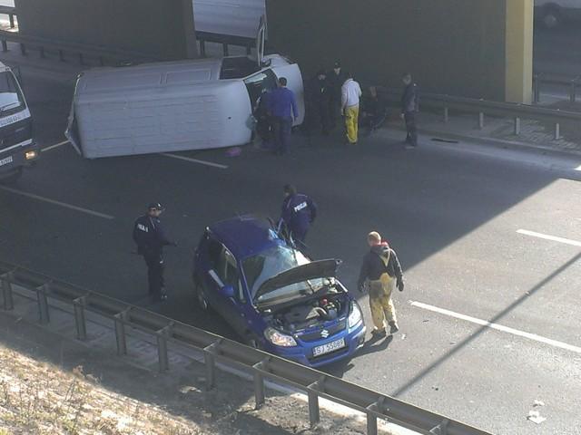 ZDjecie z zderzenia samochodu dostawczego z suzuki w chorzowie