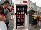 Półka na książki już otwarta (zdjęcia)