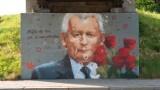 """Mural z Jarosławem Kaczyńskim w Nowym Sączu. Prezes PiS bohaterem """"Serialu na Węgierskiej"""" Mgr Morsa [ZDJĘCIA]"""