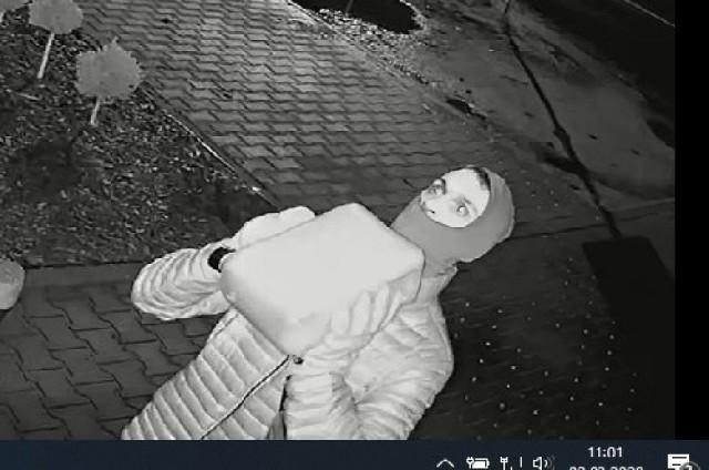 Czwartek 27 lutego nad ranem. Pomocnik podpalacza rzucił kanister osobie, która wdrapała się na dach kiosku. Zaraz potem odszedł nie czekając na drugą z osób.