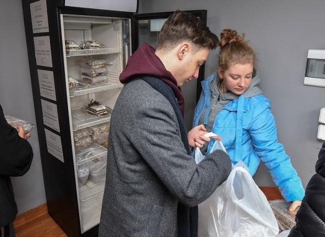 W bydgoskiej Jadłodzielni WSG Karmnik konieczna jest wymiana lodówki, bo sprzęt już szwankuje. Na zdjęciu maturzyści z V LO, którzy w styczniu br. po swojej studniówce podzielili się jedzeniem z potrzebującymi.