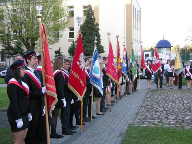 Uroczyście obchodziliśmy Święto Konstytucji 3 Maja w Skierniewicach. W kościele Garnizonowym odbyła się uroczysta msza. Po mszy przedstawiciele różnych środowisk społecznych miasta złożyli kwiaty pod Pomnikiem Niepodległości na placu Jana Pawła II.