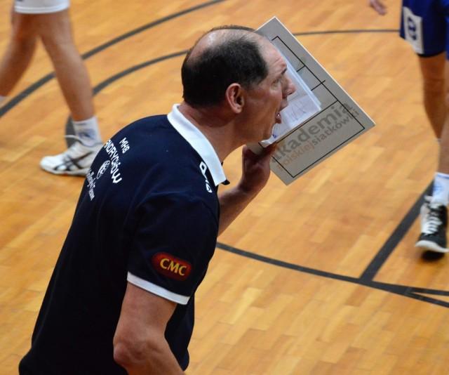 Trener MKS Andrychów Rafał Legień w drugim secie musiał się często podrywać z ławki, żeby mobilizować swoich podopiecznych.