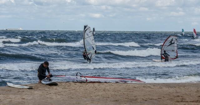 W weekend 30 czerwca-1 lipca na Pomorzu wiał bardzo silny wiatr. Spowodował on sztorm na Bałtyku w porywach do 7 w skali Beauforta. Nasza fotoreporterka uwieczniła na zdjęciach żywioł szalejący nad morzem w Trójmieście. Zobaczcie zdjęcia!
