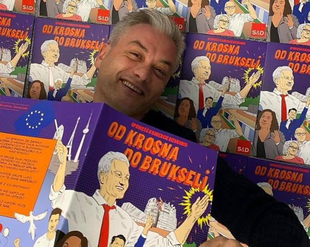 Robert Biedroń prezentuje komiks o sobie, jako super bohaterze.