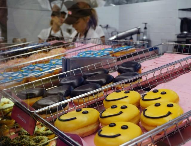 Dunkin' Donuts wycofuje się z Polski. Firma Varsovia Food Company, posiadacz franczyzy na prowadzenie lokali sprzedających amerykańskie pączki, podjęła decyzję o zamknięciu działających lokali.  Varsovia Food Company, franczyzę na prowadzenie lokali Dunkin' Donuts posiadała od 2015 r. Władze spółki założyły, że w ciągu 7 lat otworzą minimum 44 lokale w całym kraju. Firma otworzyła w Polsce 8 lokali: 5 w Warszawie i 3 w Łodzi.  Niestety, kawiarnie nie cieszyły się zbytnią popularnością wśród klientów. Wpływ na to miały m.in. wysokie ceny pączków sprzedawanych w Dunkin' Donuts. Inną trudnością w pozyskaniu klientów mogła być wysoko rozwinięta kultura cukiernicza w naszym kraju - konsumenci za mniejsze pieniądze mogą kupić bardziej zróżnicowane produkty.