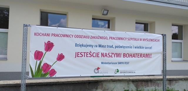 Przed szpitalem w Myślenicach. Przejdź dalej, by oglądnąć kolejne zdjęcia