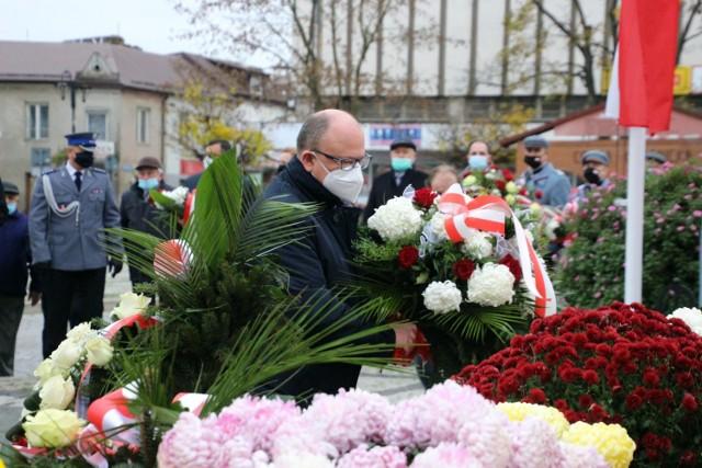 Burmistrz oraz przedstawiciele samorządu złożyli kwiaty pod pomnikiem marszałka Józefa Piłsudskiego na rynku starego miasta. Zobacz zdjęcia.