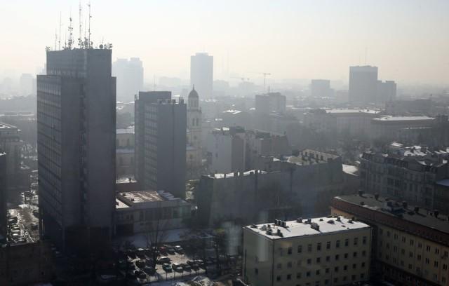 Zrobiło się zimo, nie ma wiatru i deszczu, więc ulice zaczyna spowijać gęsty smog.