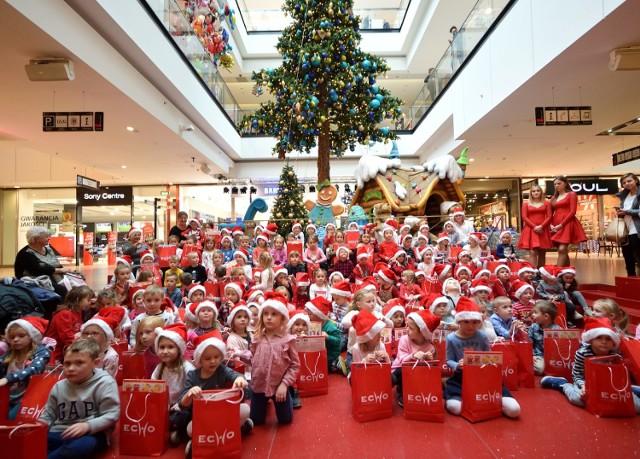 Przy Dźwiękach świątecznych Piosenek Przedszkolaki Zapaliły