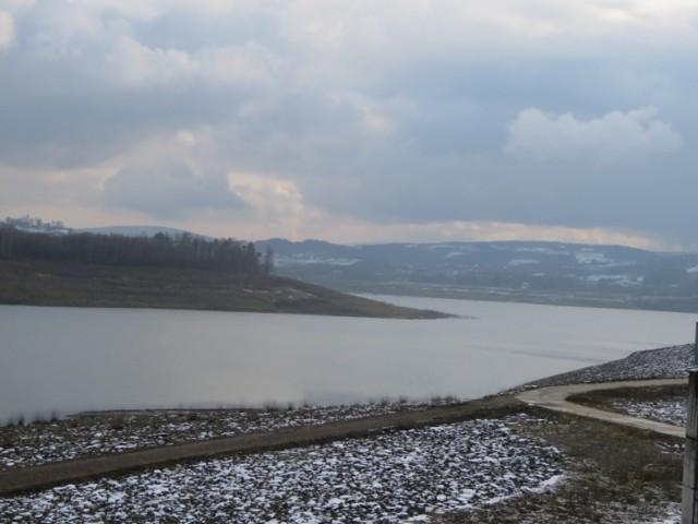 Podpisanie umowy na zaporze. Stryszów wydzierżawił hektar ziemi nad jeziorem na 9 lat. Plażowiczów pilnować będą tam ratownicy