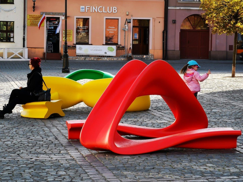 3781d456a131c Na Rynku Nowomiejskim od kilku dni znajdują się nowe, nowoczesne i kolorowe  siedziska. Układają