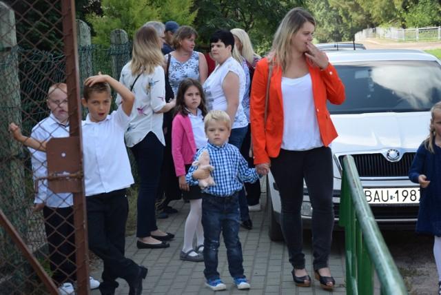 Dzieci ze Szkoły Podstawowej w Monkiniach nie zostały wpuszczone do budynku. Rodzice zapowiedzieli, że będą je przyprowadzać aż do skutku.