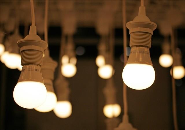 Na rachunek za energię elektryczną składają się: koszt sprzedaży energii oraz koszt jej dystrybucji, która zawiera tzw. opłatę mocową.