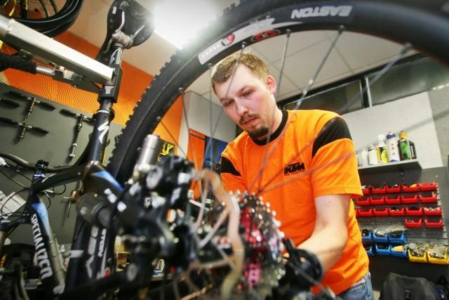 Kolejka do naprawy rowerów jest długa - nie tylko dlatego, że sezon się rozpoczął, ale również w związku z problemami z dostępem do części zamiennych.