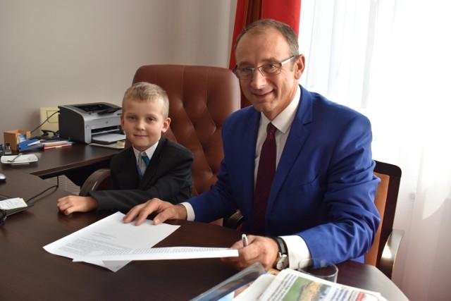 Na stanowisku burmistrza Krosna Odrzańskiego doszło do nieoczekiwanej zmiany. W piątek, 17 sierpnia w fotelu włodarza gminy zasiadł młody Maksymilian Frencel.