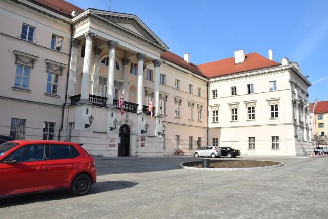 Starostwo Powiatowe w Kaliszu. Zakończono remont placu przed zabytkowym budynkiem