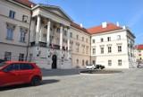 Starostwo Powiatowe w Kaliszu. Zakończono remont placu przed zabytkowym budynkiem ZDJĘCIA