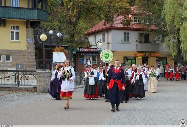 Zespołowi z Bobrowa przypadł zaszczyt poprowadzenia orszaku zespołów ulicami Polanicy.