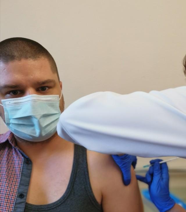 Sławomir Głaz podczas szczepienia przeciw COVID-19