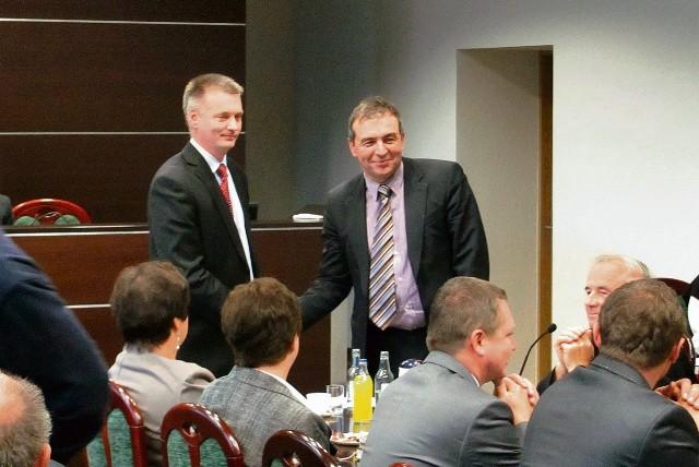 Burmistrz Włodzimierz Żak (z lewej) osiągnął porozumienie ze starostą Wojciechem Pichetą