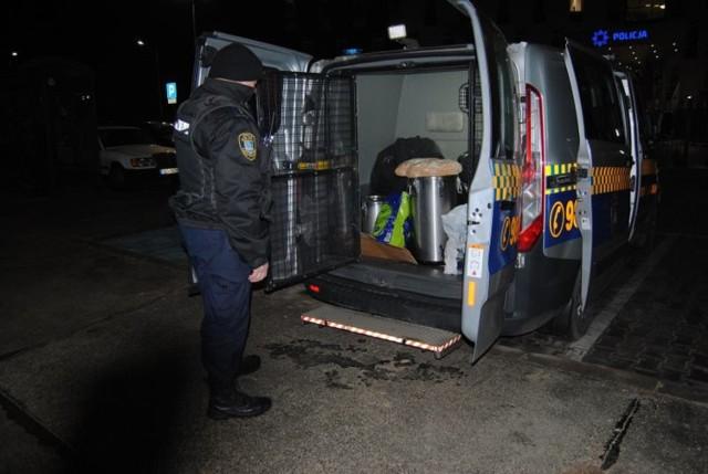 Strażnicy miejscy po raz kolejny tej zimy rozwozili bezdomnym ciepłe posiłki