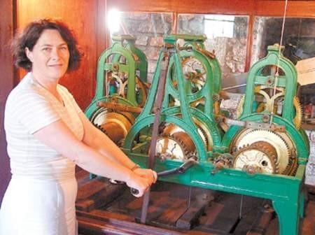 Ewa Gołębiowska, dyrektorka Śląskiego Zamku Sztuki i Przedsiębiorczości, który opiekuje się Wzgórzem Zamkowym cieszy się, że zegar znowu będzie atrakcją turystyczną. WOJCIECH TRZCIONKA