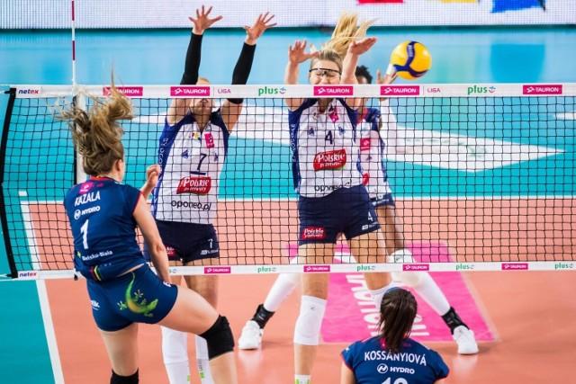 Do bloku wyskakują: Magdalena Mazurek (nr 7, kapitan zespołu) i Marta Ziółkowska (4)
