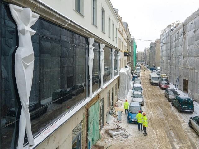 Symboliczne kariatydy i przeszklona pierwsza kondygnacja - odsłania się nowa elewacja frontowa kamienicy przy ul. Włókienniczej 6.