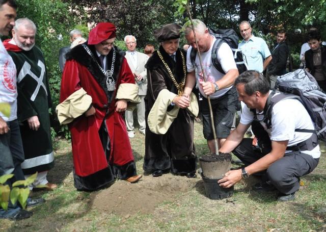 Sadzenie drzewa w Tarnowskich Górach z okazji 330. rocznicy bitwy pod Wiedniem