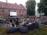 Malbork. Plenerowe kino w sierpniu wyświetli filmy wybrane przez widzów. Już trwa głosowanie. Do wyboru pięć produkcji
