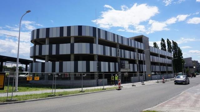 Centrum przesiadkowe w Lublińcu na ukończeniu. Okolica dworca pięknieje
