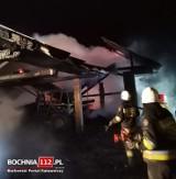 Grabie. 80 strażaków gasiło pożar stodoły i budynku gospodarczego, uratowali przed ogniem dom i sąsiednie budynki [ZDJĘCIA]