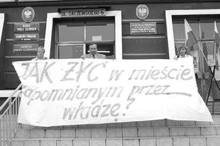 Bożena Koper, Marek Bugajski i Ewelina Koper z przygotowanym transparentem.