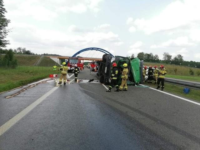 """Do groźnego wypadku doszło w piątek, 23 lipca, na trasie S3, na wysokości Marwic. Droga w kierunku Zielonej Góry została zablokowana.   Przed godziną 15.00 zderzyły się dwa samochody ciężarowe. Jeden z pojazdów przewrócił się i tarasuje drogę. Jak informuje zielonogórski oddział Generalnej Dyrekcji Dróg Krajowych i Autostrad, droga w kierunku Zielonej Góry została zablokowana. Kierowcy powinni na węźle Myślibórz zjechać na """"starą trójkę"""". Utrudnienia mogą potrwać kilka godzin.    - W wypadku została poszkodowana jedna osoba – przekazał bryg. Bartłomiej Mądry, oficer prasowy gorzowskiej straży pożarnej.   Aktualizacja - godz. 18.30  Droga nadal jest zablokowana. Trwa przeładowywanie towaru z uszkodzonego pojazdu. Drogowcy informują, że zostały otwarte bramy awaryjne na 60 kilometrze. Kierowcy są kierowani z trasy S3 na lokalne drogi.   Wideo: Jak się zachować, kiedy jesteśmy świadkami wypadku?  źródło: Dzień Dobry TVN/x-news  Byłeś świadkiem wypadku, pożaru lub innego zdarzenia? Stoisz w korku lub masz informację o innych utrudnieniach na drodze? Poinformuj nas o tym! Wyślij nam zdjęcia lub nagranie z miejsca zdarzenia. Możesz to zrobić przez stronę """"Gazety Lubuskiej"""" na Facebooku facebook.com/gazlub/ lub mailem na adres glonline@gazetalubuska.pl Możesz też skontaktować się z nami, dzwoniąc pod nr 68 324 88 16"""