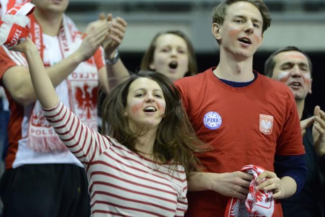 Kibice wspierają polskich siatkarzy podczas turnieju w Berlinie