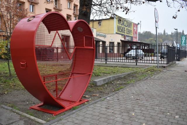 W Krośnie Odrzańskim pojemniki na nakrętki w kształcie serca stanęły w górnej i dolnej części miasta.