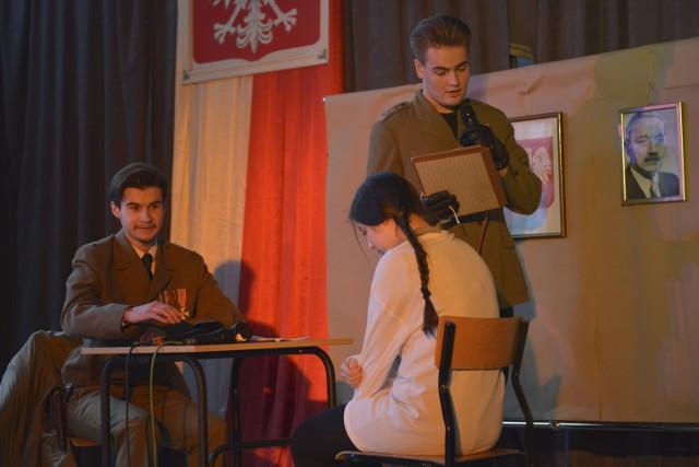 """W piątek (28 lutego) uczniowie V LO w Słupsku wystawili sztukę poświęconą """"Ince"""". Spektakl był hołdem oddanym pamięci Żołnierzom Wyklętym."""