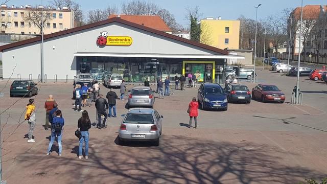 Tak wyglądają przedświąteczne kolejki w sklepach w Krośnie Odrzańskim.
